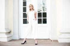 Mehr auf http://kiamisu.de - Weißer Jumpsuit von HALLHUBER mit Pumps und Silberschmuck - Outfit weißer Jumpsuit - Weißer Jumpsuit von Hallhuber kombiniert - Kiamisu - Kassel