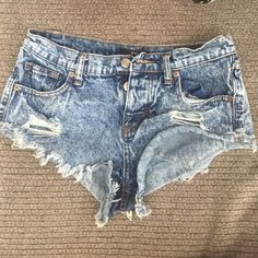 Denim booty shorts The perfect spring denim shorts. With a 3 button front closure and a cut off denim legs, these shorts are sexy! Shorts Jean Shorts