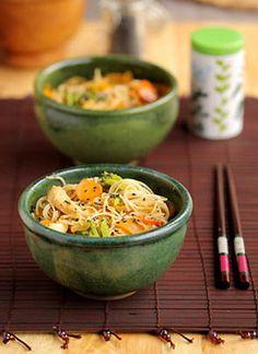 Wok de poulet et de légumes d'hiver -  pour 4 personnes - 400 g de filets de poulet - 15 g de gingembre - 75 ml d'huile de sésame - 75 ml de sauce soja - 1 oignon - 2 carottes (200 g) - 6 navets boule d'or (200 g)- 1/2 bouquet de brocolis (200 g) - 2 gousses d'ail - une poignée de graines de sésame noir - une bonne pincée de poivre Lampong (6 grains broyés) - 250 g de nouilles japonaises (sômen, udon, soba). Temps de préparation : 30 minutes