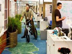 Los autores Ryan Tate y Matt Weinstein han concluido que inyectarle diversión a la oficina puede resultar no sólo en un ambiente más innovador, sino también en uno más productivo.