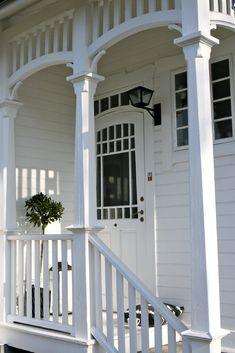Crisp white weatherboard with the quaintest veranda. Weatherboard House, Queenslander, White Cottage, Cottage Chic, Cottage Style, Side Porch, Porch Roof, Side Door, Wood Pergola