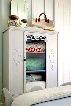 Винтажный шкаф-гардероб в современном интерьере