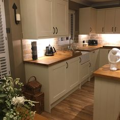 32 Ideas For Tiny Condo Kitchen Remodel Cosy Kitchen, Kitchen Tiles, Home Decor Kitchen, Kitchen Interior, New Kitchen, Home Kitchens, Kitchen Dining, Shaker Kitchen, Condo Kitchen Remodel
