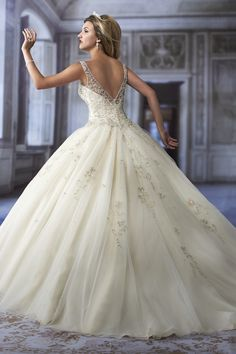 Gown by Karelina Sposa                                                                                                                                                                                 Mehr