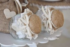 : Qualche suggerimento per una bomboniera Mason Jar Crafts, Mason Jar Diy, Bottle Crafts, Rustic Wedding Centerpieces, Wedding Favors, Wedding Gifts, Bomboniere Ideas, Deco Buffet, Diy Wedding Video
