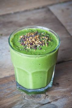 There are so many variations to prepare smoothies. You can use almost all fruits or vegetables.In this green smoothie recipes article we are giving you the ingredients of smoothies. They are for weight loss and detox, full organic and easy. Avocado Juice, Avocado Smoothie, Green Smoothie Recipes, Yummy Smoothies, Juice Smoothie, Smoothie Drinks, Healthy Foods To Eat, Healthy Drinks, Healthy Snacks