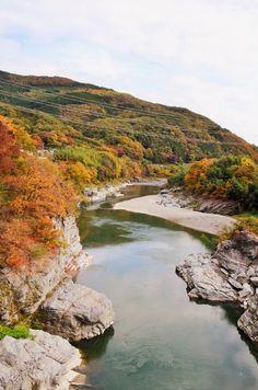 埼玉の長瀞で川下りをしながら、川から紅葉を眺めるのもオツ。見頃は例年11月中旬〜下旬