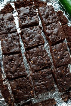 Zucchini Brownies Chocolate Zucchini Brownies, Double Chocolate Brownies, Crack Brownies, Cookie Brownie Bars, Vegetarian Chocolate, Healthy Treats, Fall Recipes, Cookie Dough, Baked Goods
