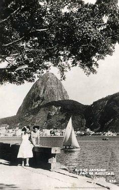 https://flic.kr/p/5UAoyg | Curva do Morro da Viuva | Esse é um belo postal, onde o fotógrafo capturou o ar feliz das moças e a calma na passagem do barquinho movido pela suave brisa do mar. Como fundo outra paisagem bela do Rio. Mesmo com a murada quebrada, a paisagem ficou ótima, melhor ainda ampliando para ver os detalhes.  E a chuva voltou para o Rio, que verão.  Estou postando também em Só Rio:  www.fotolog.com/sorio/  Anteriormente postei uma outra série em Rio Passado…