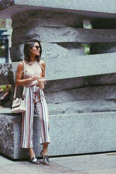 Camila Coelho during NYFW on her way to watch Akris fashion show wearing colorful striped pantacourt, a blush sleeveless with ruffles top, and metallic oxfords. A caminho do show de Akris usando pantacourt listrada, uma regata com babados e oxfords metalizados.: