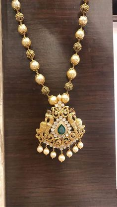 Looking for traditional pearl chain designs and where to shop them? Here are 23 best of models that are super hit this year. Pearl Necklace Designs, Gold Earrings Designs, Gold Jewellery Design, Gold Designs, Bridal Jewelry, Beaded Jewelry, Quartz Jewelry, Bead Jewellery, Diamond Jewellery