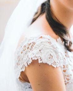 Adoramos os detalhes deste vestido  These details! @pronovias  #atmosphereweddingphoto  #theblacktiebride
