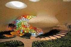Entworfen von dem bekannten, mexikanischen Architekten Javier Senosiain, weist die überdimensionierte Muschelschale organisches Design auf. Es ist nur eine von den vielen Kreationen dieses Architekten, der sich vorwiegend mit organischer Architektur beschäftigt.