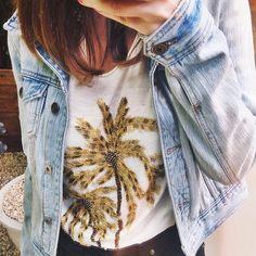 Shirt embroidered with a coconut tree and denim jacket - Camiseta com bordado de coqueiro e jaqueta jeans