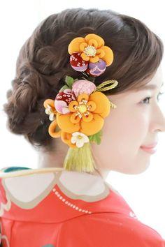 お祝いの着物におすすめな花のコサージュの髪飾り Easy Crafts, Diy And Crafts, Japanese Hairstyle, Kanzashi Flowers, Ribbon Art, Japanese Culture, Hair Piece, Headdress, Fabric Flowers