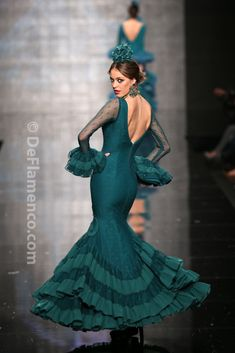 This is wonderful, love the color! Flamenco Costume, Flamenco Dancers, Flamenco Dresses, Traditional Fashion, Traditional Dresses, Haute Couture Looks, Spanish Dress, Peacock Dress, Special Dresses