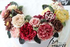 "[ SOYAE CAKE ] 앙금플라워 떡케이크 "" 아르보아 "" 소개합니다  ~ 2호사이즈 ( 지름18센치 )  ~ 백설기 ( 딸기쨈+견과류 )  ~ Flower CAKE ( 크레센도 )  Www.so-ye.co.kr  blog.naver.com / jungjung2015  #소예 #예쁘게담다 #앙금 #앙금케익 #앙금꽃 #앙금케이크 #꽃케익 #앙금꽃 #flower #beautifull #ricecakes #homebaking#flowermagic #flowercake #buttercremcake #cakedecorating #ranunculus #lilies #rose # pink roses #pinkflowor #앙금 #앙금케익 #앙금꽃 #앙금케이크 #꽃케익 #앙금플라워떡케이크 #소통 #꽃스타그램 #꽃 #분당떡케이크 #기념일 #첫돌 #백일 #환갑 #앙금수업문의"