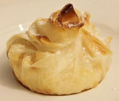 Paquetitos de arroz con leche. Para hacerlos se coloca una oblea de arroz en un molde de muffin, se rellena con arroz con leche, se cierran y se hornean hasta que estén dorados