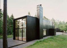 C'est effectivement en Suède que se situe cette maison réalisée par le cabinet d'architecture Praise of Shadows et vue sur le blog Blackb...