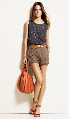 Style vestimentaire été décontracté, short, ceinture #charbon #broderies #strass #kaki #corail #camel #cuir #compensees #sandales #rouge #printemps #ete #mode #