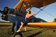 1940's Style Pin-Up Girl Sitting on the Wing of a Stearman Biplane Photographie sur AllPosters.fr