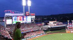 Бейсбол в провинции штата Огайо семейный поход на игру Cincinnati Reds ч...