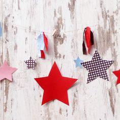 Precioso detalle de banderines que dará un toque especial a cualquier rincón donde luzca. Con estas divertidas estrellas, en colores tan masculinos como el marrón, rojo y celeste, lograrás el ambiente ideal para el hombrecito de la casa. #decofiestasinfantiles #deco #fiestasniños #estrellas #banderin