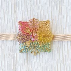 ゴールドメタルの枝桜に小さなメジロを合わせ、パステルカラーミックスのタッセルが春らしさを添える帯留です。おさまりの良い小さめサイズで、品の良いワンポイントに♪気軽な和装アクセサリーとして、お楽しみください。【サイズ】本体最大幅:約H2.3×W3.3cm       対応紐幅:三分~四分紐(内径12×3㎜)【素材】メタルパーツ・合成樹脂・タッセル・金具(金色)・他 今回分より、タッセル金具の仕様がゴールド色に変更になっております。※ハンドメイド作品の為、個々にサイズ・色味・形状が若干異なる場合がございます。何卒ご了承ください。 ※有料(50円)のプレゼント包装は「台紙+紙小箱+包装紙+シールリボン」です。