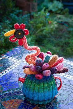 The Queen of the Tea Cosies: Kim - a Tea Cosy… Knitted Tea Cosies, Crochet Cup Cozy, Knit Crochet, Teapot Cover, Mug Cozy, Yarn Bombing, Tea Art, Knitting Yarn, Knitting Ideas