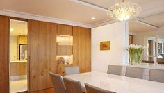 Painel de madeira escondendo uma porta – KzaBlog | Casa e Decoração