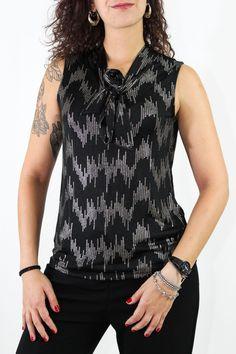 La camiseta que a todas nos sienta bien pues es elegante a la par que sencilla para cualquier ocasión especial. Lleva unos detallitos metalizados que son la clave de la prenda y se ata en el cuello a un lado. Estiliza un montón la silueta.