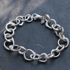 Bracelet gourmette composé de maillons en forme de O en argent par Laurence Oppermann pour l'atelier des bijoux créateurs.