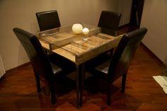 Mesa de palets recicladosAncho de la mesa: 100Largo de la mesa: 100Alto de la mesa: 75Incluye cristal de 6mm con cantos redondeados. Las patas de hierro de esta mesa están hechas a medida y pueden personalizarse. La madera usada para esta mesa ha sido elegida usando láminas envejecidas naturalmente por el paso del tiempo y respetando su color original. La mesa ha sido barnizada aplicando capa incolora que respeta su color y textura original. Se han mantenido lo...