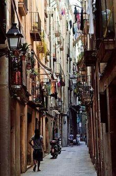 """""""Li immagino seduti al bancone, l'uno accanto all'altra, con le loro vite così diverse, e penso che magari parleranno del più e del meno, del freddo che è già arrivato, del gatto che sta annusando il cestino o del barista, se metta o no l'acqua nel vino. Insomma, questa è la città dove ho deciso di vivere.""""  A picture of a sidewalk in Madrid"""