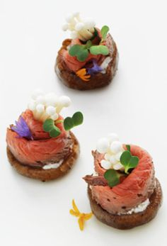 Beef Appetizers Delicate beef and mushroom appetizers, decorated with edible flowers, on white tray. Beef Appetizers, Mushroom Appetizers, Appetizer Recipes, Gourmet Recipes, Snack Recipes, Cooking Recipes, Gourmet Desserts, Plated Desserts, Aperitivos Finger Food