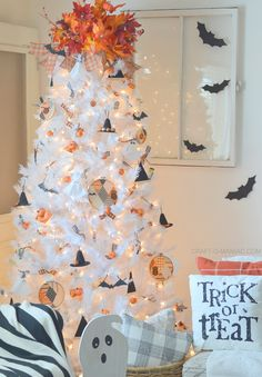 Halloween Tree with Treetopia and Some DIY Kings and Queens - Craft-O-Maniac - Real Time - Diet, Exercise, Fitness, Finance You for Healthy articles ideas Diy Halloween, Halloween Christmas Tree, Halloween Tree Decorations, Office Christmas Decorations, White Christmas Trees, Halloween Home Decor, Holiday Tree, Halloween House, Holiday Decor