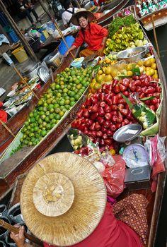 Alle soorten groente en fruit vind je op de floating market van Damnoen Saduak, Bangkok. Op zoek naar reistips & verhalen voor jouw reis naar Thailand? Check: http://www.myworldisyours.nl/places/thailand  // You can find all kind of fruits and vegetbales on the Floating Market of Damnoen Saduak, Bangkok, Thailand.