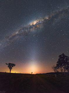 La luz que brilla al final de este camino rural es en realidad una conjunción muy cercana de dos planetas. Después de la puesta de Sol del 27 de agosto, Venus y Júpiter aparecen casi como un único faro celeste en un paisaje nocturno sobre el lago Wivenhoe de Queensland (Australia).