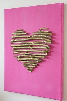une toile fait avec coeurs de brindilles peintes