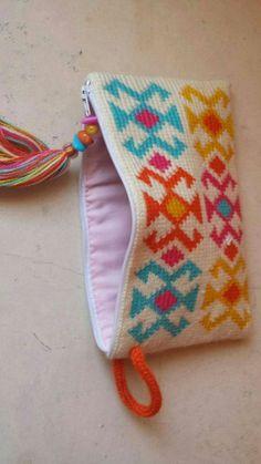 New Knitting Fair Isle Tapestry Crochet Ideas Crochet Clutch Bags, Crochet Wallet, Crochet Phone Cases, Crochet Purses, Mobiles En Crochet, Crochet Mobile, Crochet Pencil Case, Crochet Baby, Knit Crochet