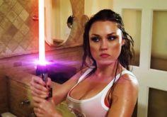Deux geekettes sexy se battent aux sabres laser pour Chewbacca