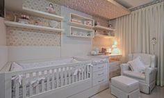O berço no quarto pequeno de bebê
