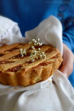 La Pastiera è una torta composta da una base esterna di frolla croccante con un interno morbido fatto una crema di ricotta, uova, zucchero, canditi e spezie.