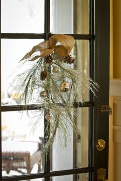 it is my goal to add wreaths or items like this to my windows this year. nellhillsblog.com