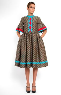 Tucked low-sleeve boxy wool dress decorated with cotton ribbon. Band collar. Hidden back zip closure. Side seam pockets.