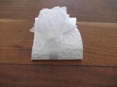 Forma para bem casado em papel com textura na cor branca, flores em tecido, fita de cetim branca fazendo o acabamento. R$ 2,00