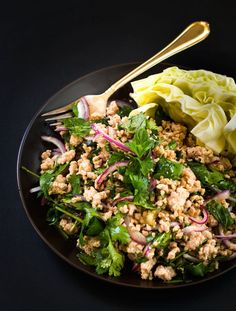 easy-larb-recipe-with-chicken-THIS IS MY NEW FAVORITE. Easy, tasty and healthy (minus that pesky sodium). I was craving this thai appetizer last week and decided i would just make it for dinner. This have many levels of flavor and texture. Clean Eating, Healthy Eating, Larb Salad, Chicken Salads, Thai Chicken, Asian Recipes, Gastronomia, Veggies, Tasty