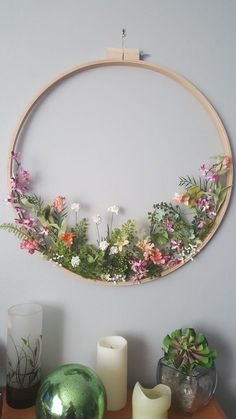 Embroidery hoop wildflower wreath- what a stunning spring decoration!I thought this was embroindery at first from the thumbnail, haha.Stickrahmen Wildflower Kranz Stickrahmen Wildflower Kranz Source DIY Spring Flower Wreath For Decoration - Page Deco Floral, Arte Floral, Home Crafts, Diy And Crafts, Decor Crafts, Home Decor, Embroidery Hoop Crafts, Wedding Embroidery, Flower Embroidery