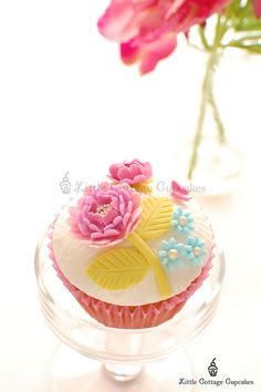 Amongst the most beautiful - and realistically detailed - rose cupcakes I've ever seen. Flowers Cupcakes, Pretty Cupcakes, Beautiful Cupcakes, Yummy Cupcakes, Gorgeous Cakes, Cupcake Cookies, Amazing Cakes, Spring Cupcakes, Cupcakes Design
