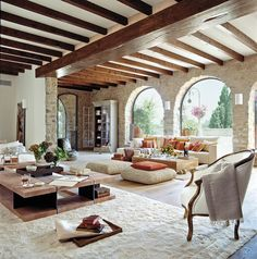 00239517. Salón con vigas dividido en dos ambientes con paredes lisas y de piedra_00239517